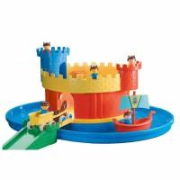 Zamek z fosą i figurkami